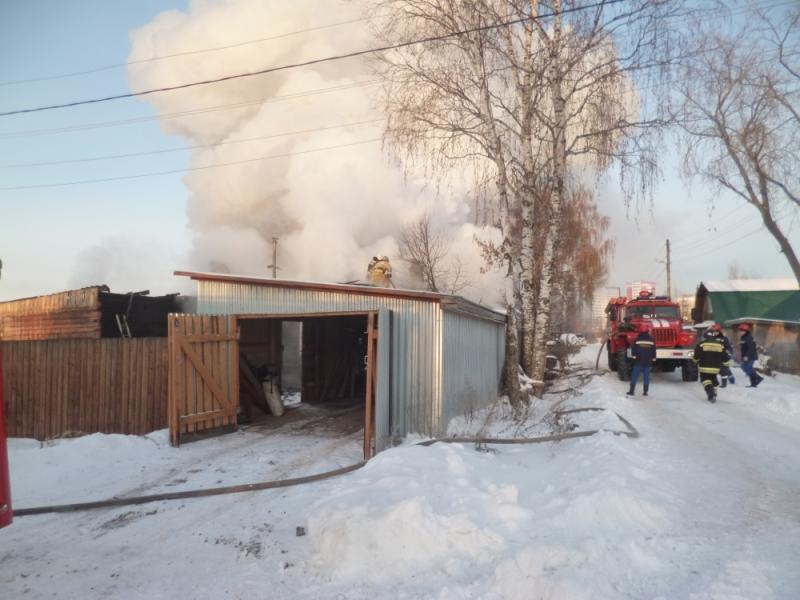 В Кирове из объятого огнем дома родители вынесли 8-месячного малыша
