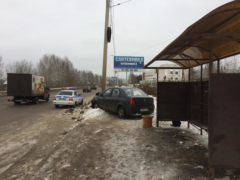 В Кирове иномарка врезалась в столб у остановки: пострадала женщина