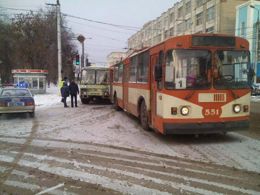 В Кирове автобус врезался в троллейбус: пострадала женщина