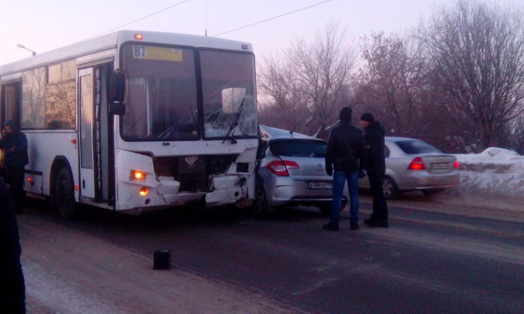 Сегодня в Кирове столкнулись пассажирский автобус и легковушка