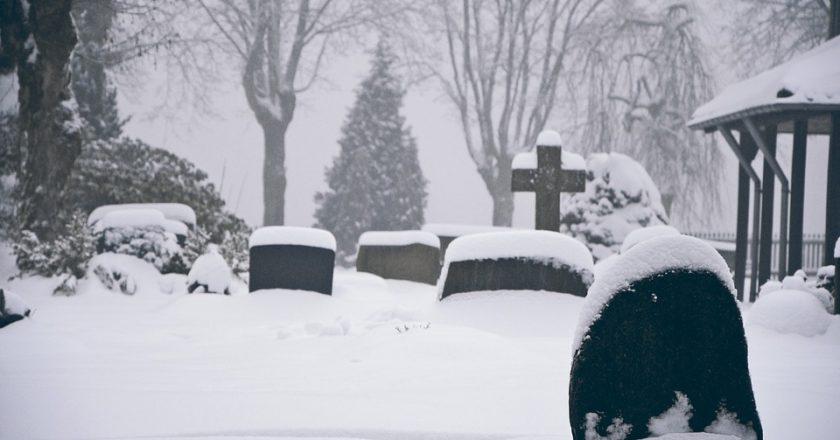 В Омутнинске мужчина погиб на кладбище