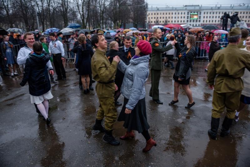 Кировчане, несмотря на дождь, станцевали на Театральной площади