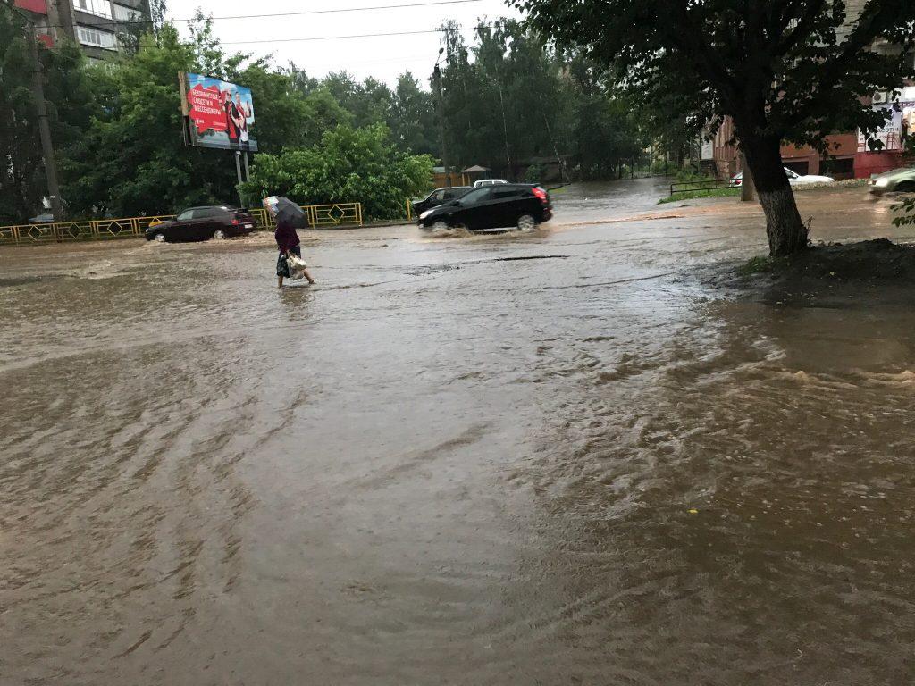 Последствия сильнейшего ливня и грозы в Кирове: город утопает в воде