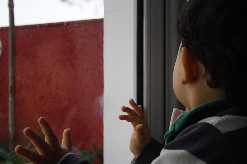 В Кирове из окна выпал двухлетний мальчик
