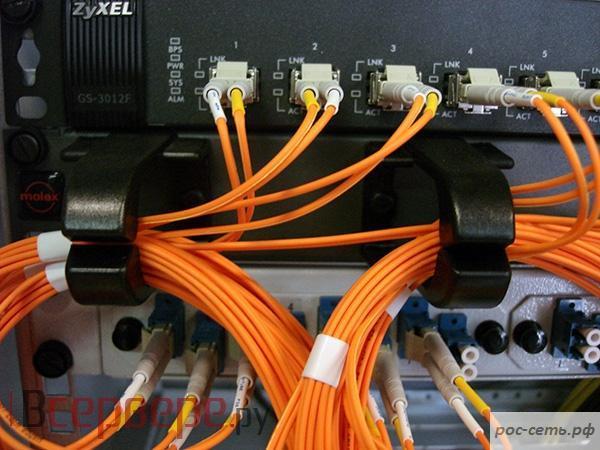 «Ростелеком» с начала 2017 года построил в Кировской области более 60 км волоконно-оптических линий связи (ВОЛС) до 135 объектов, принадлежащих государственным и коммерческим организациям. В результате корпоративные клиенты получили возможность подключиться к широкополосному доступу в интернет на скорости до 100 Мбит/с, организовать мультисервисные сети передачи данных и виртуальные локальные частные сети, облачные сервисы, IP-телефонию и др. Оптические сети в первом полугодии были проложены до отделений Почты России в Котельниче, Омутнинске, Дороничах, Бахте, Радужном; до районных судов в Кирсе, Зуевке, Омутнинске, Мурашах, Уржуме, Котельниче, Арбаже; до зданий Центральной районной больницы в Омутнинске, Песковке, Восточном. Интернет по оптике появился на новом объекте налоговой инспекции в Кирове на ул. Комсомольской, 1, на спиртоводочном заводе в Уржуме, на подстанции для подачи воды в областной центр в пос. Речном Куменского района. Современные телекоммуникационные услуги стали доступны и в шести торговых центрах Кирова. «Компания в текущем году поддерживает необходимые темпы строительства линий связи с целью удовлетворения растущих потребностей клиентов в получении как традиционного комплекса услуг, так и инновационных продуктов и сервисов, - отметил директор Кировского филиала ПАО «Ростелеком» Евгений Валов. – А их использование возможно только с помощью оптических технологий. В среднем мы ежегодно подключаем к ВОЛС более 300 объектов. Всего нашими услугами в регионе пользуются более 10,5 тыс. юридических лиц – а это десятки тысяч объектов, охваченных оптической сетью «Ростелекома». Считаю, что расширение современных сетей связи и применение новых технологий способствуют развитию региона во всех направлениях, и возлагает особую ответственность на компанию». Узнать о наличии технической возможности подключения услуг, получить дополнительную информацию, оставить заявку на подключение можно в офисах продаж и обслуживания «Ростелекома», на сайте http://kirov.rt.ru