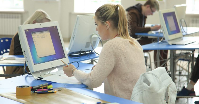 14 сентября в Вятском государственном университете начался первый конкурсный день чемпионата WorldSkills Более 40 студентов вступили в борьбу за звание лучшего на 7 площадках чемпионата по компетенциям: веб-дизайн, программные решения для бизнеса, графический дизайн, инженерный дизайн CAD (САПР), предпринимательство, лабораторный химический анализ, дошкольное воспитание. Конкурсные задания направлены на проверку практических навыков участников. Так, например, в компетенции «Лабораторный химический анализ» студентам нужно определить какие вещества и в каких концентрациях находятся в растворе, а участникам компетенции «Дошкольное воспитание» - продемонстрировать умение работать с детьми. Также в рамках WorldSkills проходят мастер-классы, круглые столы и перезентации. Завершится чемпионат 16 сентября.