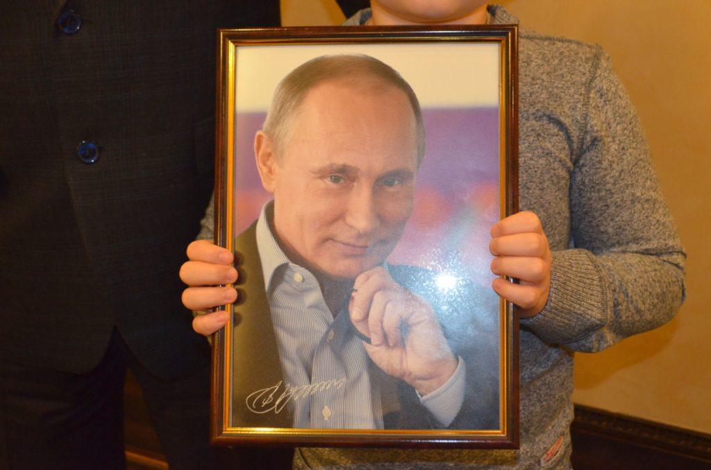 Кировский школьник получил портрет Владимира Путина с автографом
