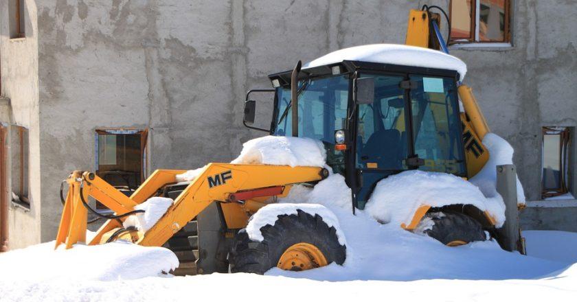 В Кирове пьяный тракторист, очищая двор от снега, повредил иномарку
