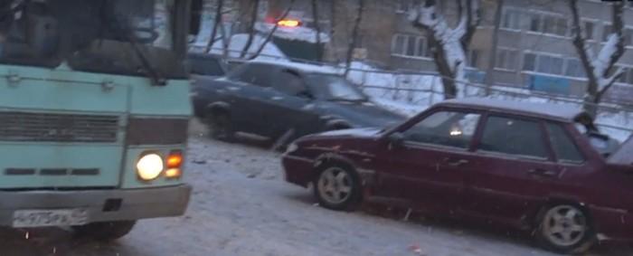 В Кирове в ДТП столкнулись «ВАЗ-2115» и автобус