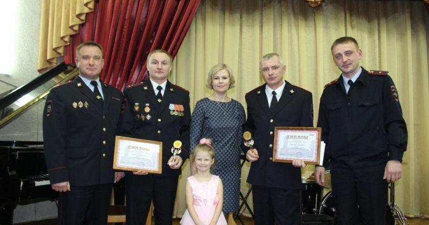 В Кирове наградили сотрудников ДПС, спасших семью из горящего дома