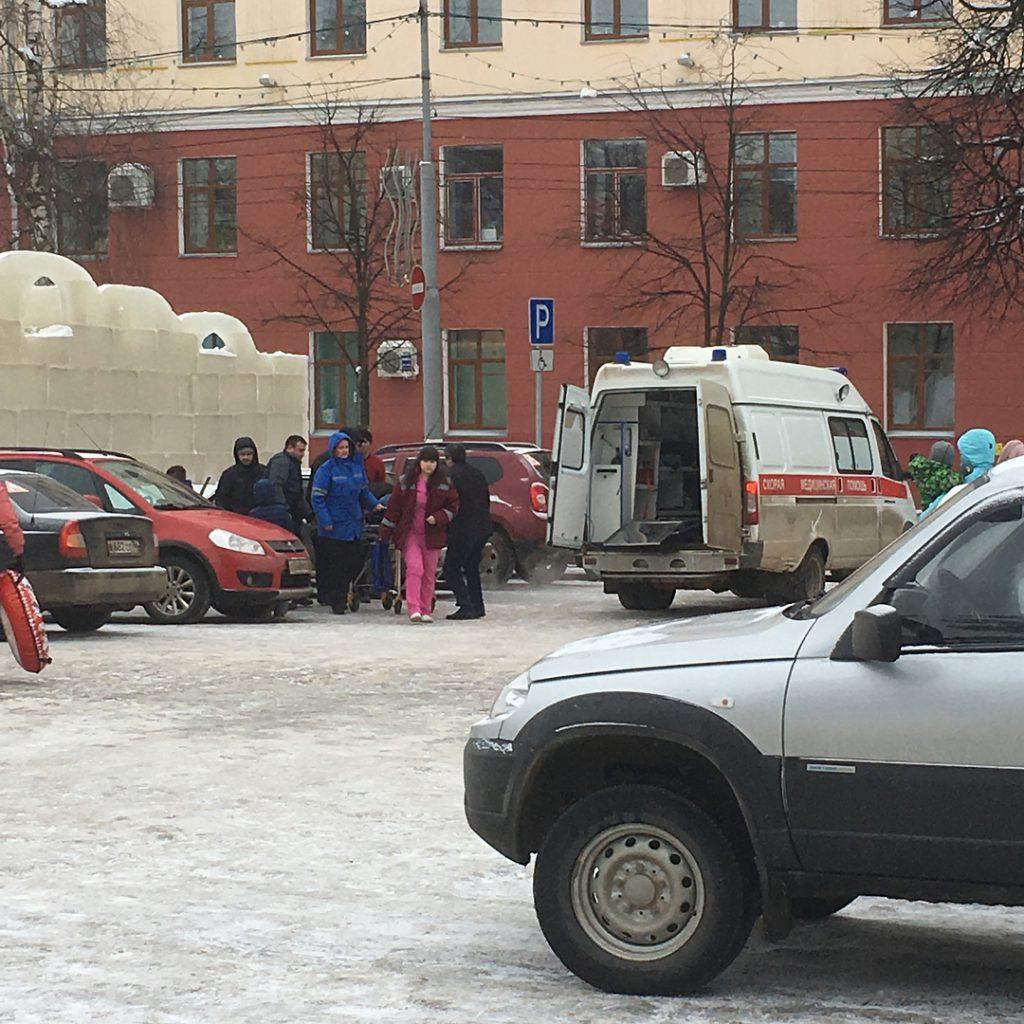 В Кирове из-за катания на горке на Театральной площади кировчане получили травмы