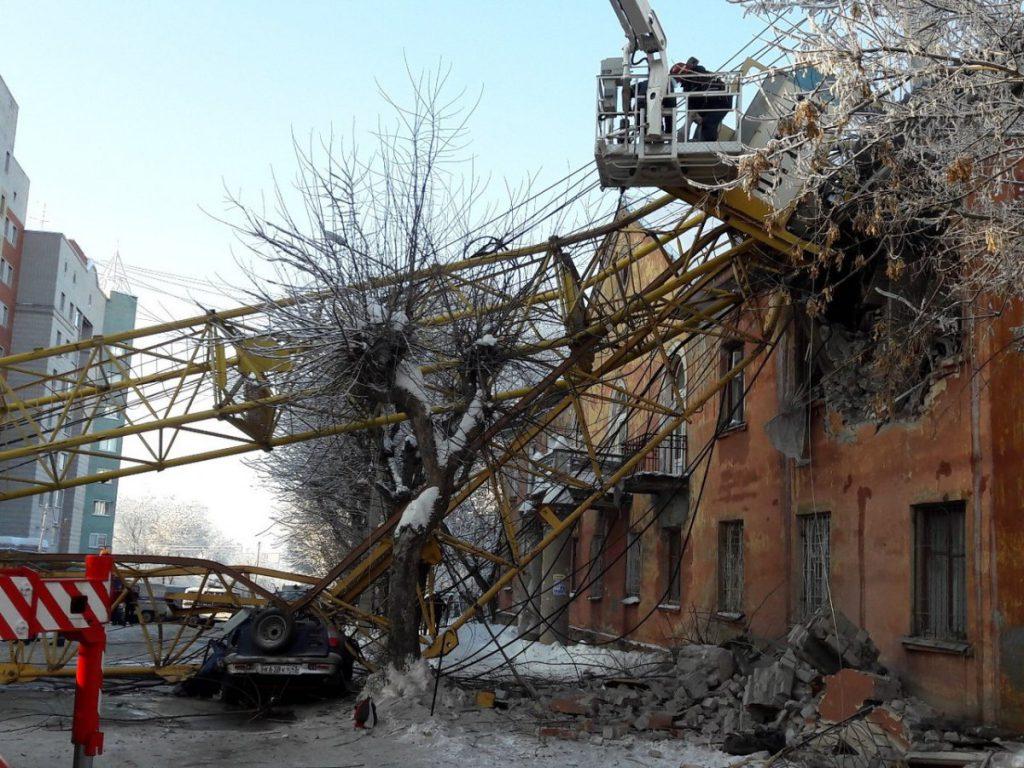 В Кирове проводятся аварийно-спасательные работы на месте падения башенного крана
