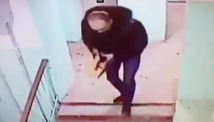 В Кирове мужчина в подъезде напал на девушку и начал душить