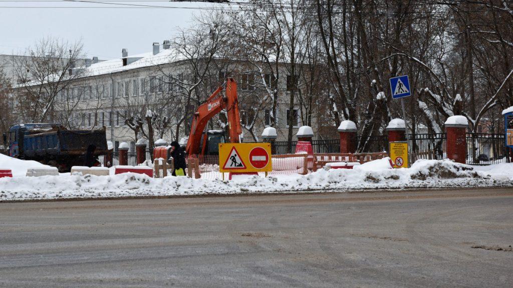 Продлено временное прекращение движения транспорта по улицам Комсомольской и Попова в Кирове