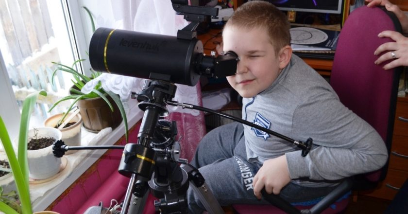 Михаил Бабич подарил телескоп школьнику из Белой Холуницы