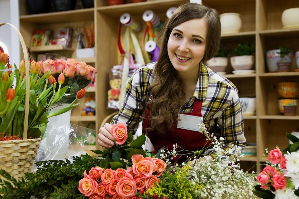 рактически все женщины любят цветы. Их дарят и по поводу, и без такового. Но как выбрать букет для избранницы правильно? Во-первых, нужно заранее узнать, как относится к запахам и ароматам любимая женщина. Дело в том, что некоторые запахи вызывают не просто дискомфорт у прекрасной половины человечества, но и нестерпимую головную боль. Считается, что универсальные цветы – это розы. Но они ни в коем случае не должны быть желтого цвета. Иначе можно получить очень странную реакцию возлюбленной. Согласно примете, желтый цвет сулит скорое расставание и является прощальным. Некоторым женщинам нравятся любые цветы – будь то розы или ромашки. А для других вид цветов все же имеет значение. Лучше заранее узнать вкусы своей избранницы. Если выбор пал на розы, то согласно цветочному этикету дарят молодым леди розовые цветы, а женщинам постарше – растения с темными бутонами. Тот, кто хочет по-настоящему удивить женщину, должен помочь обрезать стебли цветам и поставить их в вазу. Это обязательно тронет сердце женщины. Если у избранницы аллергия на цветы, то вполне можно порадовать ее интересным букетиком из конфет. Этот вариант особенно понравится сладкоежкам и защитникам природы.