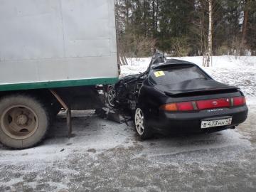 Водитель «Тойоты» влетел в припаркованный на обочине грузовик