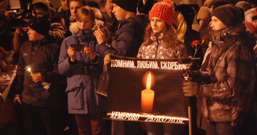 Сотни кировчан зажгли свечи в память о погибших в Кемерове