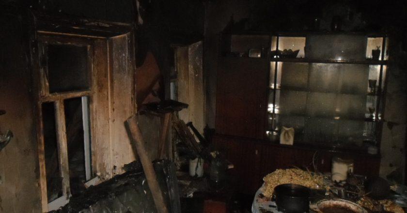 В Кирове из горящего дома пожарные эвакуировали пенсионера