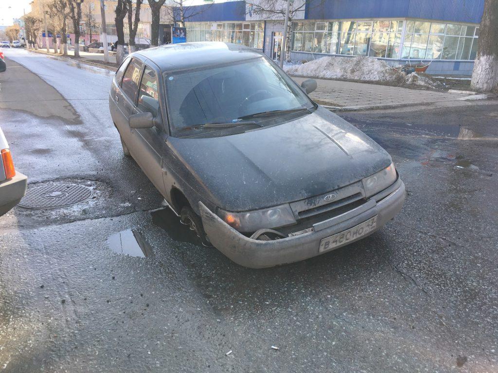 На Московской под «Ладой» провалился асфальт
