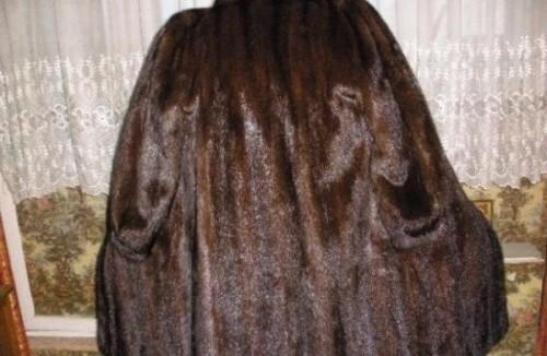 В Лузском районе женщина украла у покойницы норковую шубу
