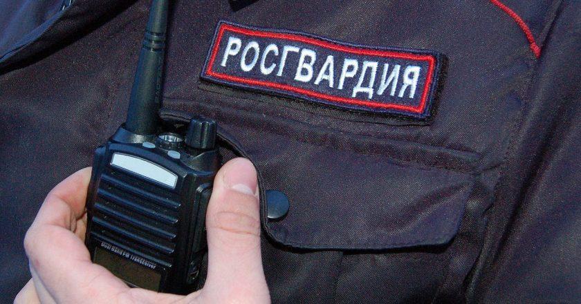 В Кирове сотрудники Росгвардии задержали мужчину, который угрожал людям на остановке общественного транспорта