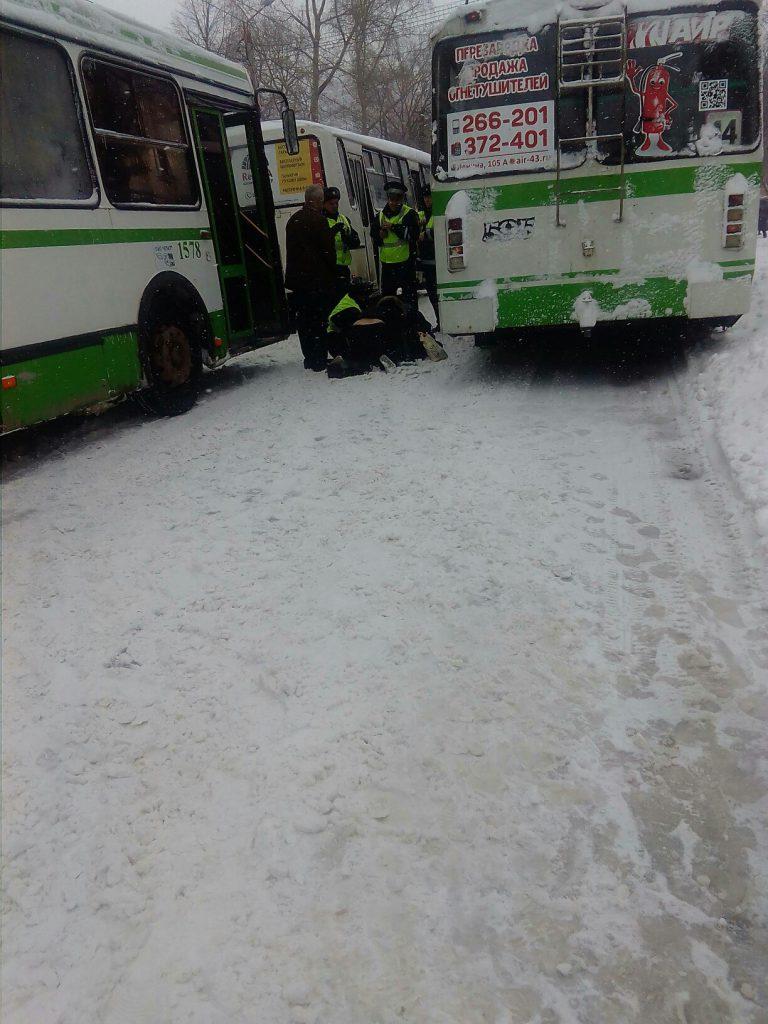В Кирове женщину ранило предметом, вылетевшим из-под автобуса