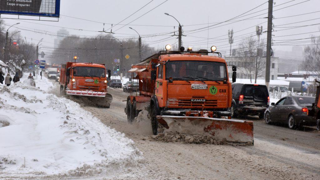 Дорожная техника в Кирове работает в круглосуточном режиме