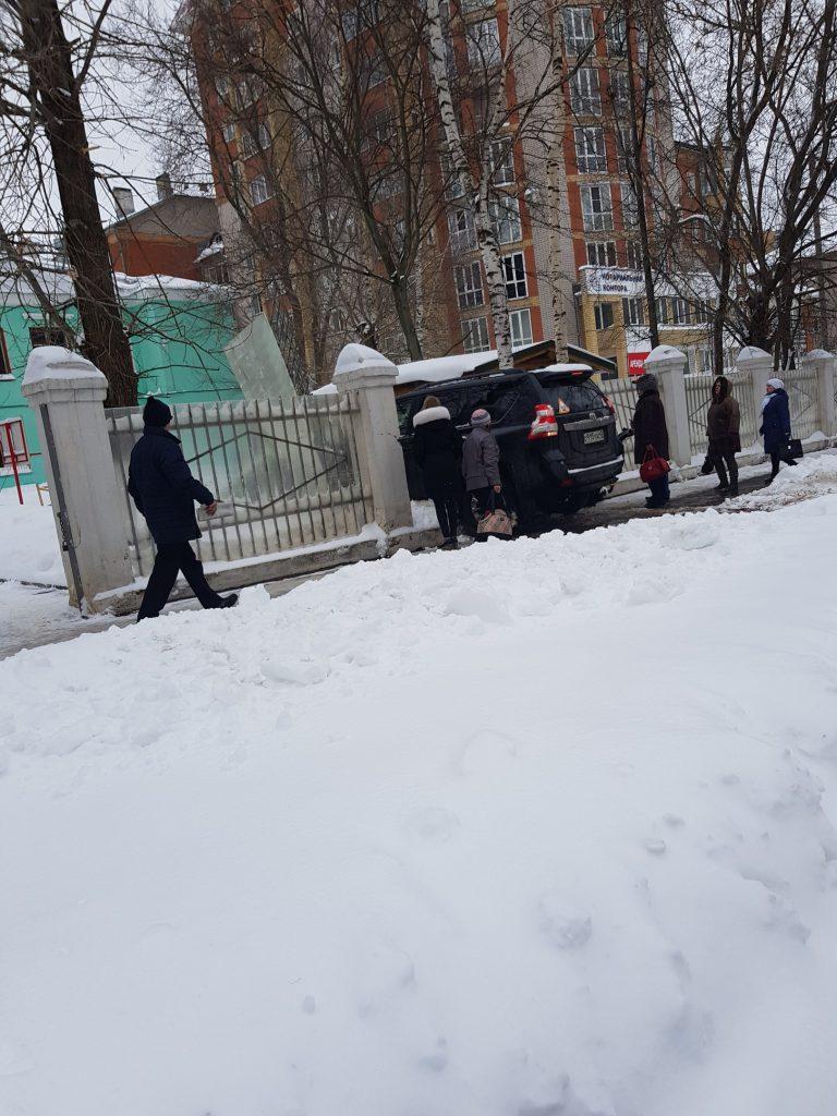 В Кирова машина врезалась в забор детского сада