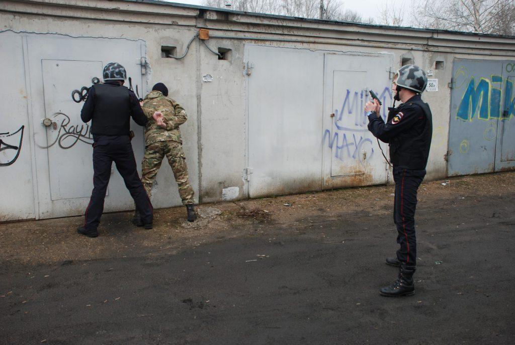 В Кирове сотрудники Росгвардии задержали двух граждан, которые сливали бензин