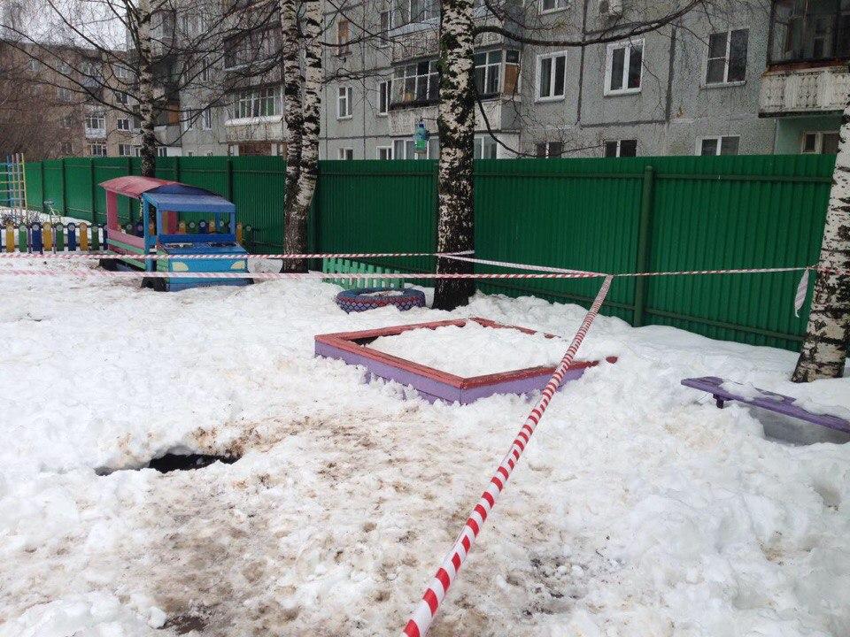 В Кирове мальчик провалился под землю во дворе детсада