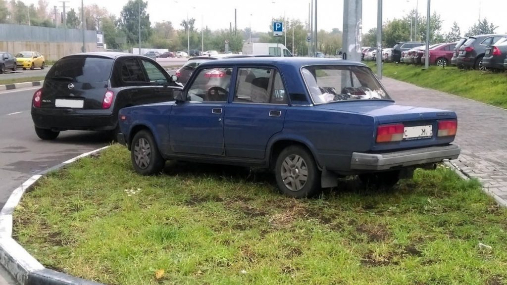 В Кирове предложили запретить парковку машин вне специально отведенных мест