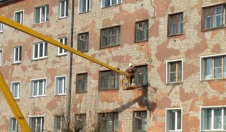 Специалисты держат на контроле состояние стены дома на Лепсе