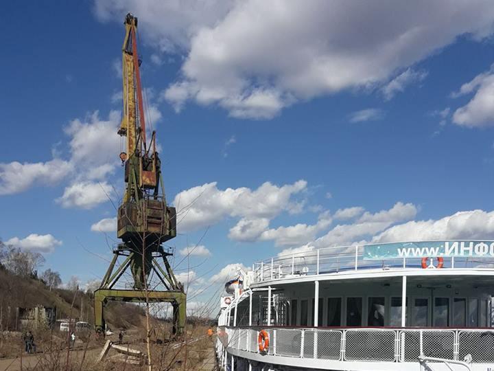 В Котельниче в речном порту упал 35-метровый подъемный кран