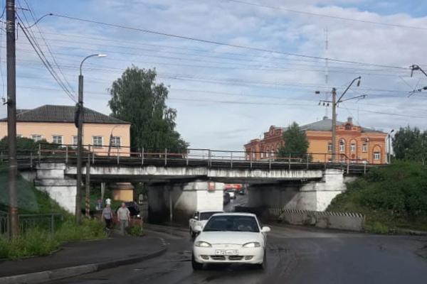 Кировские активисты ОНФ призвали власти Котельнича решить проблему застревающих под путепроводом грузовиков