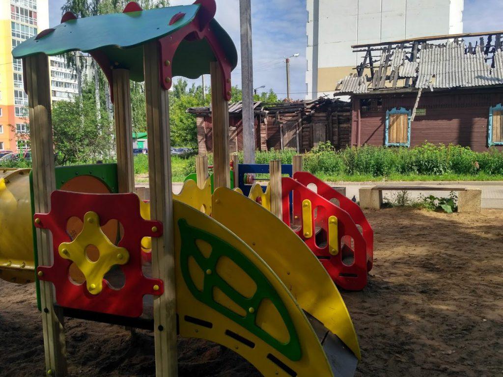 Торчащие гвозди, качели без сидений и падающие горки. Активисты обнаружили в Кирове опасные детские площадки
