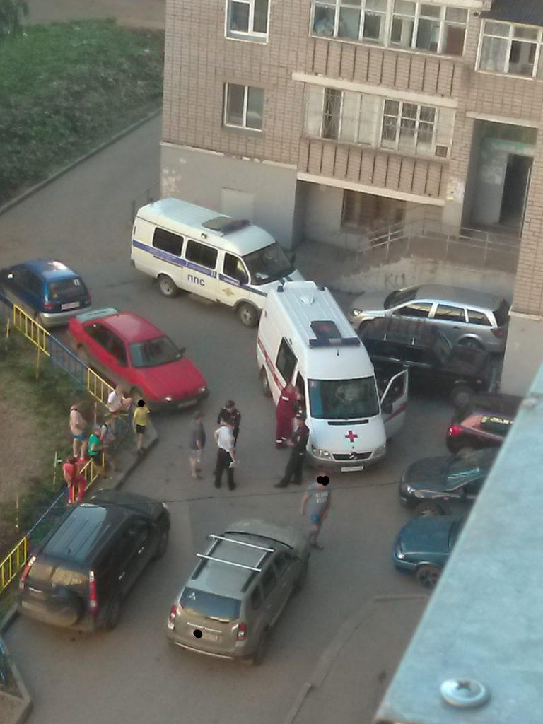 Соцсети: В Кирове избили водителя скорой, перекрывшего проезд во дворе