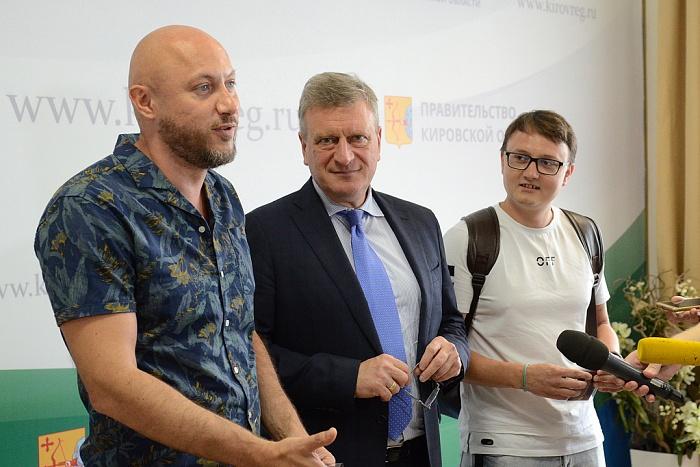 Игорь Васильев вручил удостоверения советников губернатора игрокам команды КВН «Вятка»