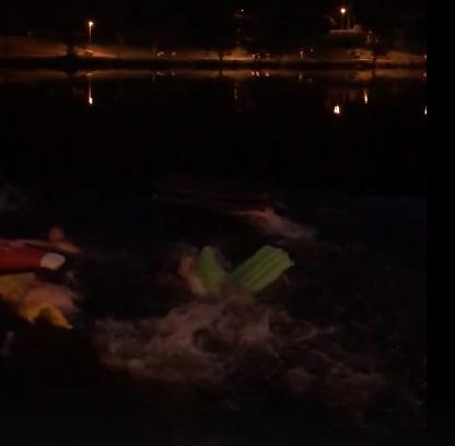 Кировчане массово переплыли пруд у цирка на надувных матрасах