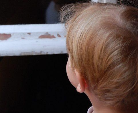 В Кирове из окна выпал 2-летний ребенок
