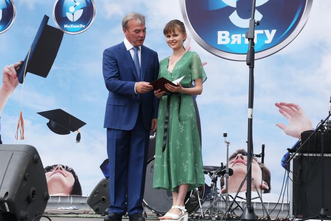 Выпускникам ВятГУ торжественно вручили дипломы