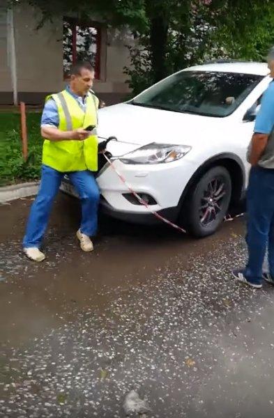 В Кирове водитель «Мазды» пытался задавить рабочего