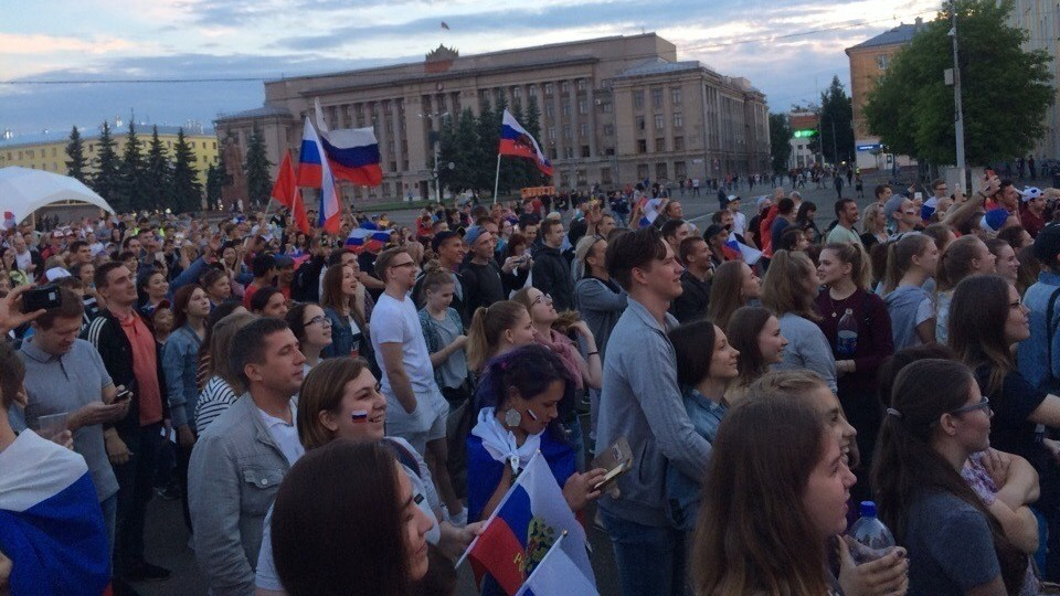 Более 2000 кировчан увидели футбол на Театральной площади