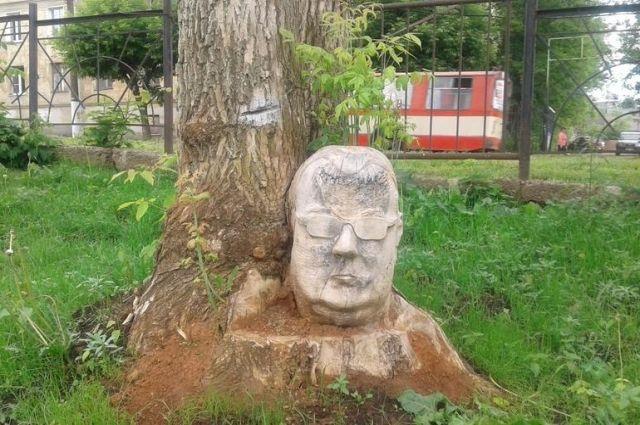 В сквере «Алые паруса» обнаружили деревянного истукана в очках