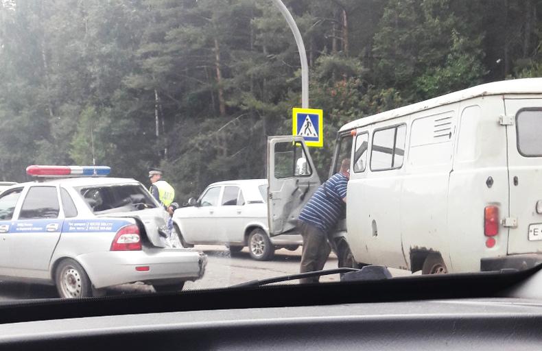 На Советском тракте УАЗ въехал в автомобиль ДПС