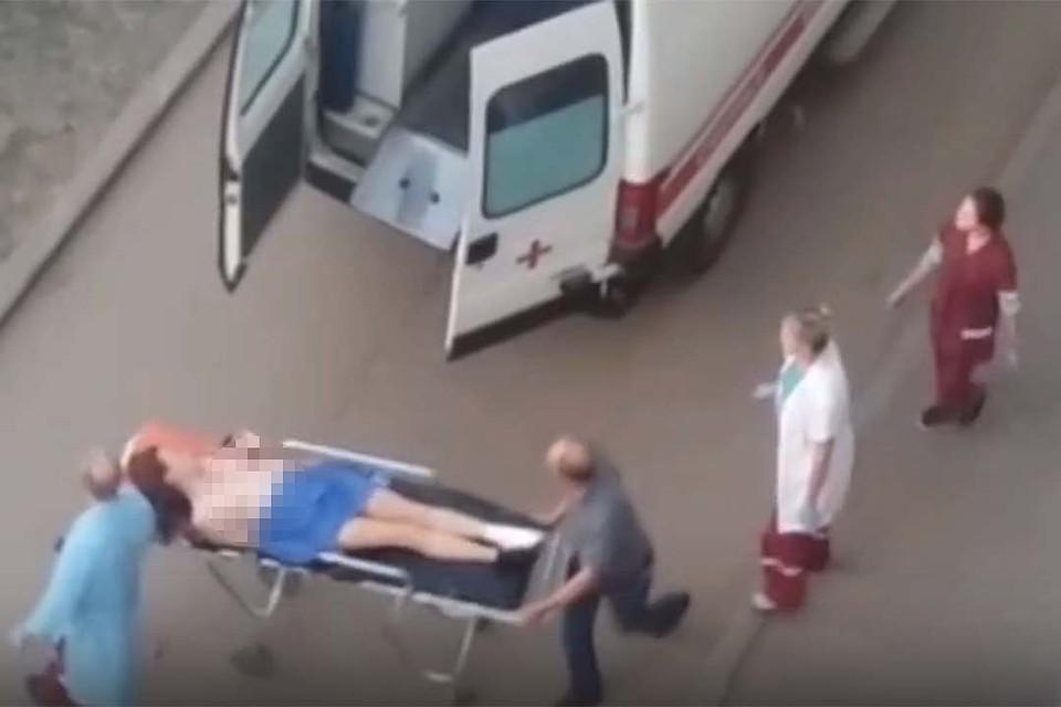 В Кирове женщина, отрезав себе палец на ноге, бегала во дворе голышом