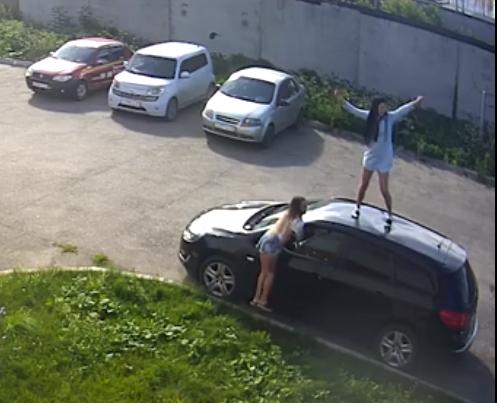 Две девушки в Кирове устроили дискотеку на крыше чужой машины