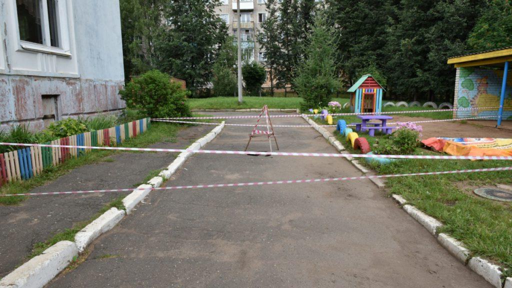 Выясняются причины провала на территории детского сада №207