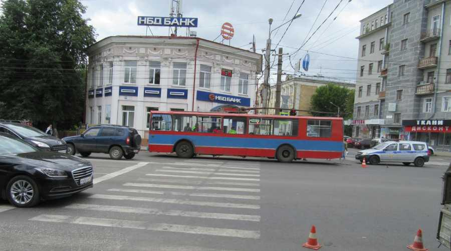 В Кирове на Ленина под троллейбус попала 19-летняя девушка