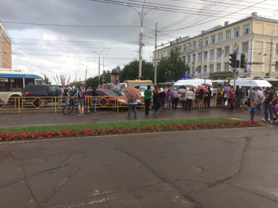 Напротив администрации Кирова BMW протаранил шесть машин